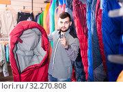 Купить «Seller offers a sleeping bag option», фото № 32270808, снято 8 марта 2017 г. (c) Яков Филимонов / Фотобанк Лори