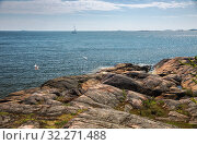 Beautiful Finnish landscape, rocky shores of the Gulf of Finland on a sunny spring day, Suomenlinna, Helsinki, Finland (2019 год). Стоковое фото, фотограф Юлия Бабкина / Фотобанк Лори