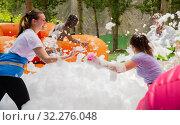 Купить «Friends picking up balls in inflatable pool with foam», фото № 32276048, снято 21 января 2020 г. (c) Яков Филимонов / Фотобанк Лори