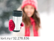 Купить «hand holding tumbler or thermo cup in winter», фото № 32278836, снято 29 января 2019 г. (c) Syda Productions / Фотобанк Лори