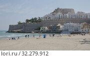 Купить «Panoramic view of Peniscola seafront and sand beach with sunbathing people», видеоролик № 32279912, снято 16 апреля 2019 г. (c) Яков Филимонов / Фотобанк Лори