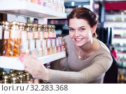 Купить «Girl is searching for strong perfume», фото № 32283368, снято 21 февраля 2017 г. (c) Яков Филимонов / Фотобанк Лори