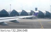 Купить «Airplane taxiing in Suvarnabhumi airport, Bangkok», видеоролик № 32284048, снято 30 ноября 2017 г. (c) Игорь Жоров / Фотобанк Лори