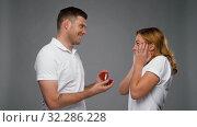 man giving woman engagement ring. Стоковое видео, видеограф Syda Productions / Фотобанк Лори