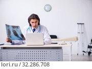 Купить «Young male doctor radiologist working in the clinic», фото № 32286708, снято 10 июня 2019 г. (c) Elnur / Фотобанк Лори