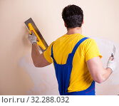 Купить «Young contractor employee applying plaster on wall», фото № 32288032, снято 15 марта 2018 г. (c) Elnur / Фотобанк Лори