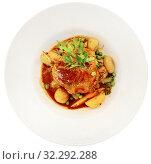Купить «Roasted duck leg with baked potatoes, green peas, parsley and tomatoes. French cuisine», фото № 32292288, снято 22 октября 2019 г. (c) Яков Филимонов / Фотобанк Лори