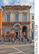 Купить «Merchant's Arch Bar & Restaurant. Набережная реки Лиффи - Aston Quay. Дублин. Ирландия», фото № 32292724, снято 19 августа 2019 г. (c) Сергей Афанасьев / Фотобанк Лори