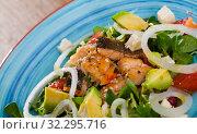 Купить «Salad of of fried trout, avocado, grapefruit and corn salad», фото № 32295716, снято 4 июля 2020 г. (c) Яков Филимонов / Фотобанк Лори