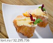 Купить «Mini croissant with Camembert, arugula», фото № 32295736, снято 16 июля 2020 г. (c) Яков Филимонов / Фотобанк Лори