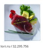 Купить «Light roasted tuna served with avocado», фото № 32295756, снято 22 октября 2019 г. (c) Яков Филимонов / Фотобанк Лори