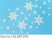 Купить «white snowflake decorations on blue background», фото № 32297916, снято 26 сентября 2018 г. (c) Syda Productions / Фотобанк Лори