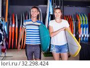 Купить «Couple is ready for surfing with board in time summer holidays», фото № 32298424, снято 1 августа 2017 г. (c) Яков Филимонов / Фотобанк Лори