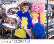 Купить «Young man with girlfriend trying on cowboy hat», фото № 32298432, снято 11 апреля 2017 г. (c) Яков Филимонов / Фотобанк Лори