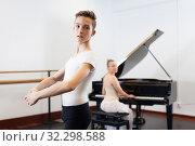 Купить «Female choreographer teaches young dancer in ballet studio», фото № 32298588, снято 26 апреля 2019 г. (c) Яков Филимонов / Фотобанк Лори