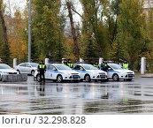 Купить «Самара. Сотрудники ДПС стоят около машин», фото № 32298828, снято 15 октября 2019 г. (c) Светлана Кириллова / Фотобанк Лори