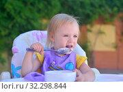 Купить «Маленькая девочка сама есть йогурт и испачкалась», фото № 32298844, снято 3 июля 2019 г. (c) Арестов Андрей Павлович / Фотобанк Лори