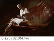 Psychiatrist maniac makes an incision to patient. Стоковое фото, фотограф Tryapitsyn Sergiy / Фотобанк Лори