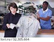 Купить «Female client expressing dissatisfaction», фото № 32305664, снято 15 января 2019 г. (c) Яков Филимонов / Фотобанк Лори