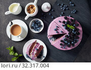 Купить «blueberry and blackberry sponge cake, top view», фото № 32317004, снято 13 июля 2019 г. (c) Oksana Zh / Фотобанк Лори