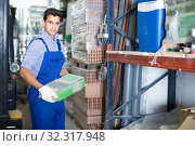 Seller is checking bags with cement. Стоковое фото, фотограф Яков Филимонов / Фотобанк Лори