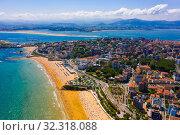 Aerial view of coast line and beach at Santander with buildings, Cantabria (2019 год). Стоковое фото, фотограф Яков Филимонов / Фотобанк Лори