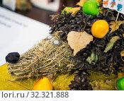 Еж, изготовленный из соломы и шишек. Стоковое фото, фотограф Вячеслав Палес / Фотобанк Лори