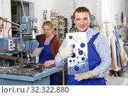 Купить «Male glazier showing drilled glass», фото № 32322880, снято 10 сентября 2018 г. (c) Яков Филимонов / Фотобанк Лори