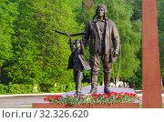 Купить «Цветы, возложенные к памятнику «Авиаторы» в Жуковском», фото № 32326620, снято 10 мая 2019 г. (c) Natalya Sidorova / Фотобанк Лори