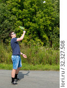 Teen boy with a racket in hand plays badminton. Стоковое фото, фотограф Андрей Кузнецов / Фотобанк Лори