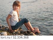 Купить «Девочка на берегу реки Кубань в пригороде города Черкесска», фото № 32334368, снято 20 октября 2019 г. (c) WalDeMarus / Фотобанк Лори
