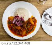 Купить «Dish of Peruvian cuisine, stewed meat with potatoes and peas», фото № 32341408, снято 26 января 2020 г. (c) Яков Филимонов / Фотобанк Лори