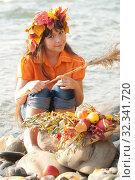 Купить «Осенний портрет девочки на берегу реки», фото № 32341720, снято 26 октября 2019 г. (c) WalDeMarus / Фотобанк Лори
