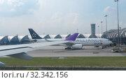 Купить «Airplane taxiing in Suvarnabhumi airport, Bangkok», видеоролик № 32342156, снято 30 ноября 2017 г. (c) Игорь Жоров / Фотобанк Лори