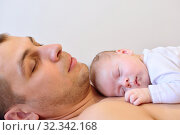 A newborn girl falls asleep on her father. Стоковое фото, фотограф Арестов Андрей Павлович / Фотобанк Лори