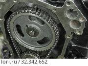 Купить «Шестерня привода распределительного вала с двухрядной цепью крупным планом. Фрагмент газораспредилительного механизма классического американского двигателя V8», фото № 32342652, снято 25 октября 2019 г. (c) Виктор Карасев / Фотобанк Лори