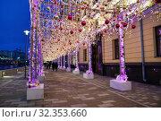 Москва, новогоднее украшения на Якиманской набережной (2019 год). Редакционное фото, фотограф Dmitry29 / Фотобанк Лори