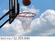 Баскетбольный мяч летит в щит и падает в сетку. На фоне неба. Стоковое фото, фотограф Анатолий Матвейчук / Фотобанк Лори