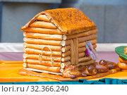 Купить «Figured rosy bakery product in the form of a house at the gastronomic festival.», фото № 32366240, снято 27 июля 2019 г. (c) Акиньшин Владимир / Фотобанк Лори
