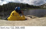 Купить «Экстремальный фотограф, видеооператор на съемках в горах, на реке, озере», видеоролик № 32366448, снято 2 ноября 2019 г. (c) Mikhail Erguine / Фотобанк Лори