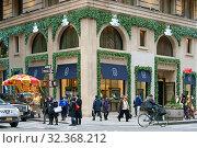 Купить «New York before Christmas. Harry Winston's headquarters, 718 5th Avenue. США», фото № 32368212, снято 16 декабря 2017 г. (c) Валерия Попова / Фотобанк Лори