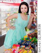 Купить «Portrait of young shopgirl with candy», фото № 32368936, снято 25 апреля 2017 г. (c) Яков Филимонов / Фотобанк Лори
