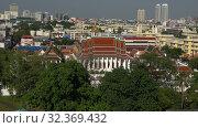 Купить «Вид на буддистский храм солнечным днем. Бангкок, Таиланд», видеоролик № 32369432, снято 31 декабря 2018 г. (c) Виктор Карасев / Фотобанк Лори
