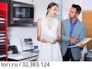 Купить «middle class vigorous family selecting kitchen furniture», фото № 32383124, снято 15 июня 2017 г. (c) Яков Филимонов / Фотобанк Лори
