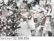 Купить «Woman is preparing for Christmas and choosing decorative X-mas tree», фото № 32388856, снято 21 декабря 2017 г. (c) Яков Филимонов / Фотобанк Лори