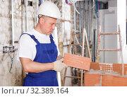 Купить «Mason installing red brick», фото № 32389164, снято 28 мая 2018 г. (c) Яков Филимонов / Фотобанк Лори