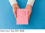 Купить «hands holding greeting card with heart», фото № 32391008, снято 12 декабря 2018 г. (c) Syda Productions / Фотобанк Лори
