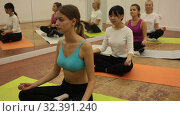Купить «Portrait of women practicing yoga in the dancehall», видеоролик № 32391240, снято 21 сентября 2019 г. (c) Яков Филимонов / Фотобанк Лори