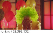 Купить «A crazy man clown showing creepy emotions», видеоролик № 32392132, снято 10 декабря 2019 г. (c) Константин Шишкин / Фотобанк Лори