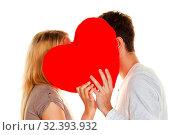 Verliebtes Paar küßt sich hinter einem Herz. Liebe ist schön. Geheime Liebe. Стоковое фото, фотограф Zoonar.com/Erwin Wodicka / age Fotostock / Фотобанк Лори